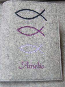 Gotteslob Hülle aus Filz gestickt mit Vornamen Fische in lila