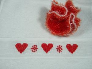 Weihnachtliches Set, Frottee Handtuch Gästetuch in weiß mit Motiv in rot, handbestickt, und einem Peelingschwamm in rot