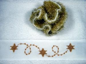 Weihnachtliches Set, Frottee Handtuch Gästetuch in weiß mit Motiv in gold, handbestickt, und einem Peelingschwamm in gold