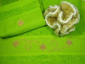 Weihnachtliches Set, Frottee, Handtuch, Gästetuch und Waschhandschuh in grün mit Motiv in gold, handbestickt, und einem Peelingschwamm in gold