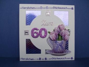 Geburtstagskarte in weiß/lila mit Blumen in einer Tasse für eine Frau zum 60