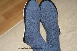 Hüttenschuhe mit Ledersohle, Größe 40/41,  handgestrickt Farbe jeansblau bei Paul & Paulinchen