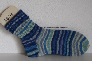 Damen-, Herrensocken Größe 42/43, handgestrickt, Artikel 4170 Farbe: verschiedene Blautöne bei Paul & Paulinchen