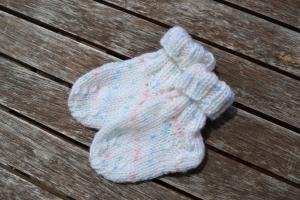 Babysocken Socken Erstlingssocken Stricksocken Baby weiß bunt vegan handgestrickt gestrickt 0 - 6 Monate
