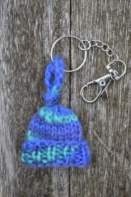 Schlüsselanhänger Taschenbaumler Mütze Hoffnung blau grün gestrickt und gehäkelt