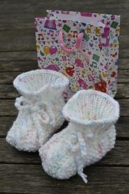 Babyschuhe Geschenktasche Geschenkset Babyschühchen Schuhe Babysocken Socken gestrickt weiß bunt vegan handgestrickt