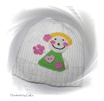 Kindermütze aus Baumwolle mit Häkelapplikation