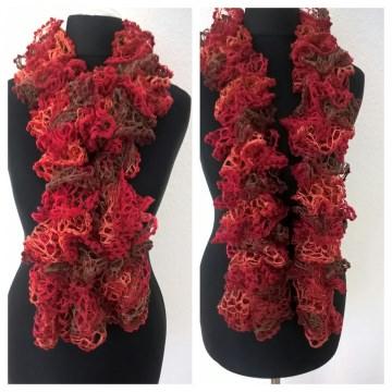 Handgestrickter Rüschenschal mit Pompon in der Farbe Rot/Lachsrot, Länge 130 cm