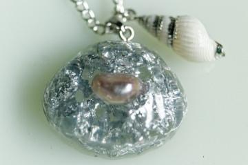 Handgefertigte Halskette mit transparenter Muschel aus Resin