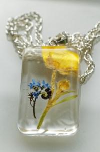 Halskette mit Anhänger aus Resin (Harz) mit echter gelber Blume