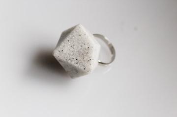 Ring, weiß - schwarze Diamantform, Granitoptik