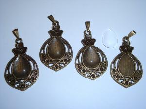 4 orientalische Anhänger mit Glascabochons