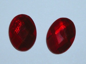 2 ovale facettierte Glascabochons, rot, 13x18mm