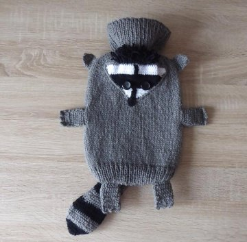 Gestrickter Wärmflaschenbezug - Waschbär - grau-schwarz-weiß  - inkl. Wärmflasche