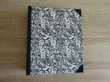 Handgefertigtes Ringbuch für DIN A5 aus Pappe, Papier und Buchleinen - schwarz-weiß