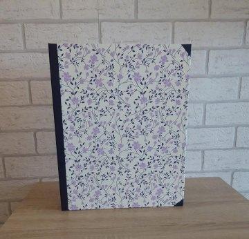 Handgefertigtes Ringbuch für DIN A4 aus Pappe, Papier und Buchleinen - Blümchen - lila-blau-weiß-grau