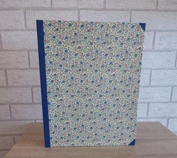 Handgefertigtes Ringbuch für DIN A4 aus Pappe, Papier und Buchleinen - Blümchen - blau-rot-weiß