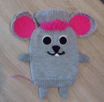 Gestrickter Wärmflaschenbezug - Maus - grau-pink