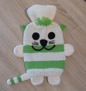 Gestrickter Wärmflaschenbezug - Katze - wollweiß-grün inkl. Wärmflasche - Handarbeit kaufen