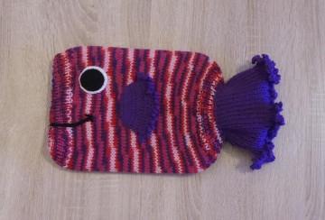 Gestrickter Wärmflaschenbezug - Fisch - lila-rot-rosa inkl. Wärmflasche - Handarbeit kaufen