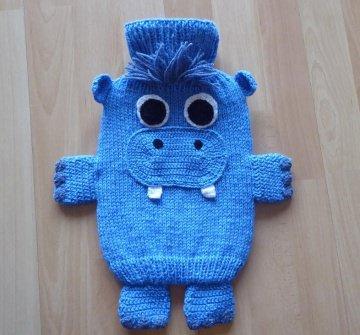 Gestrickter Wärmflaschenbezug - Nilpferd - blau