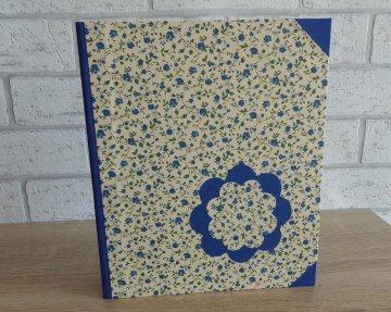 Handgefertigtes Ringbuch für DIN A5 aus Pappe, Papier und Buchleinen - Motiv: Blümchen blau