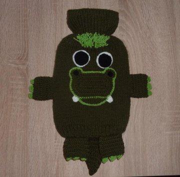 Gestrickter Wärmflaschenbezug - Krokodil -  inkl. Wärmflasche - Handarbeit kaufen