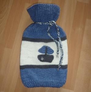 Gestrickter Wärmflaschenbezug - Segelboot - blau-grau-wollweiß  -  inkl.Wärmflasche - Handarbeit kaufen