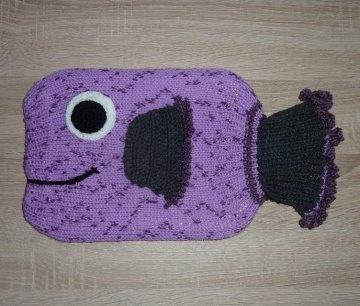 Gestrickter Wärmflaschenbezug - Fisch - lila-grau  -  inkl.Wärmflasche