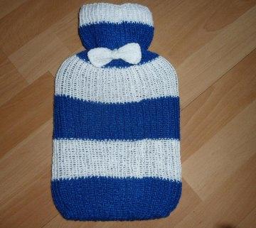 Gestrickter Wärmflaschenbezug - blau-weiß gestreift mit Schleife  inkl.Wärmflasche