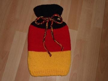 Gestrickter Wärmflaschenbezug - schwarz-rot-gelb gestreift  inkl.Wärmflasche - Handarbeit kaufen
