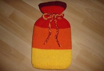 Gestrickter Wärmflaschenbezug - gelb-orange-rot gestreift  inkl.Wärmflasche