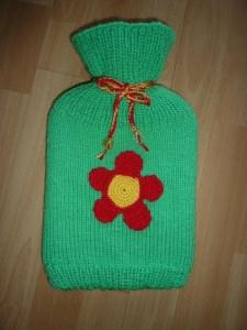 Gestrickter Wärmflaschenbezug - Blumentmotiv  inkl.Wärmflasche