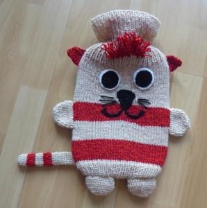 Gestrickter Wärmflaschenbezug - Katze - beige-rot -  inkl.Wärmflasche