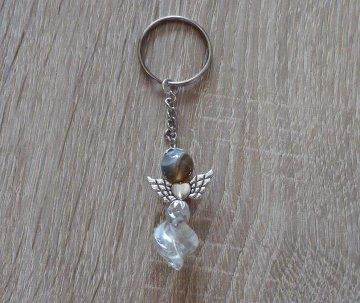 Handgefertigter Schlüsselanhänger mit Metallflügeln - Engel  - grau-farblos - Handarbeit kaufen