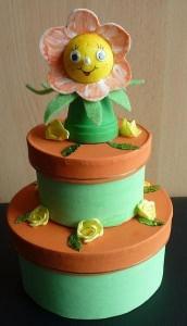 Geldgeschenkverpackung zweistöckige Torte  mit Tontopffigur Blume - orange-grün