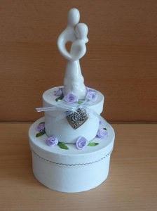 Geldgeschenkverpackung zweistöckige Torte mit Brautpaar und Verzierungen weiß-lila