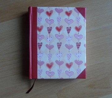 Handgebundenes Notizbuch mit Herzmotiv
