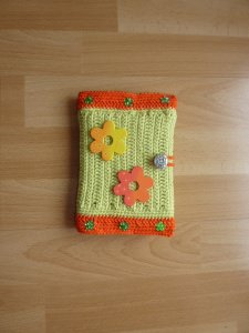 Umhäkeltes Notizbuch mit Blumen - hellgrün-orange - Handarbeit kaufen