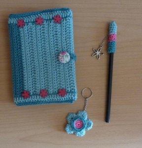 Schreibset - umhäkeltes Notizbuch - Bleistift - Schlüsselanhänger - türkis-pink - Handarbeit kaufen
