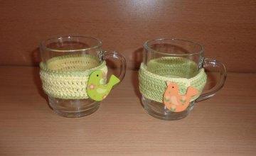 Zwei umhäkelte Teetassen - Vogel grün-gelb-orange