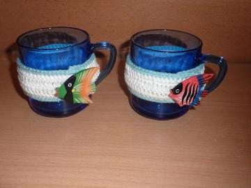 Zwei umhäkelte Teetassen - blau-weiß mit Fisch - bunt