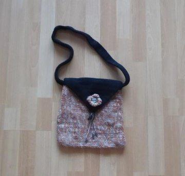 Gehäkelte und gefilzte Umhängetasche aus Filzwolle mit Verzierungen - braun-schwarz