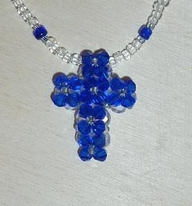 Kette mit Kreuz aus Glasschliffperlen und Biconen - blau-farblos - Handarbeit kaufen