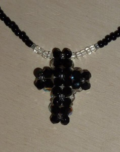 Kette mit Kreuz aus Glasschliffperlen und Biconen - schwarz-farblos