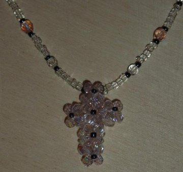 Kette mit Kreuz aus Glasschliffperlen und Biconen - rosa-farblos mit Magnetverschluss