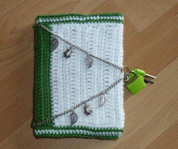 Tagebuch - umhäkeltes Notizbuch mit Metallverzierungen - grün-weiß