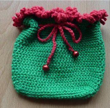 gehäkeltes Täschchen rot-grün mit Glöckchen - Handarbeit kaufen