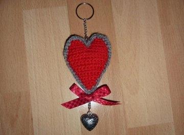 gehäkelter Taschenanhänger - Herz - rot-grau