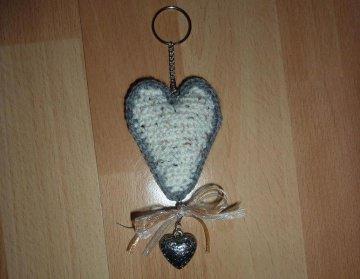 gehäkelter Taschenanhänger - Herz - hellbeige-grau - Handarbeit kaufen